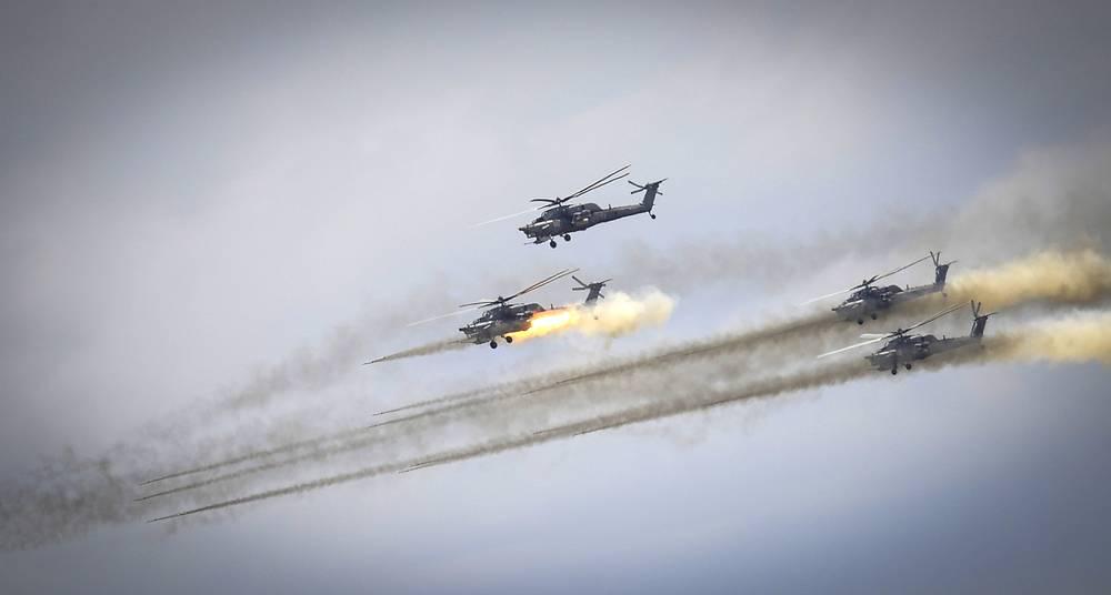 Учения ВВС РФ в Астраханской области, 6 августа 2014 года. Воздушный бой с участием вертолетов Ми-28Н во время учений российских военно-воздушных сил и частей противовоздушной обороны на полигоне Ашулук