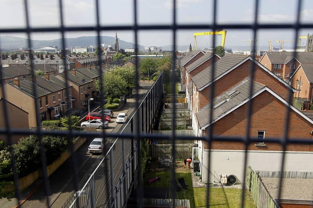 Так называемые линии мира - стены, разделяющие кварталы католиков и протестантов в Северной Ирландии, - начали появляться в конце 1960-х годов после кровавых беспорядков на западе Белфаста. В некоторых районах их длина достигает 5 км