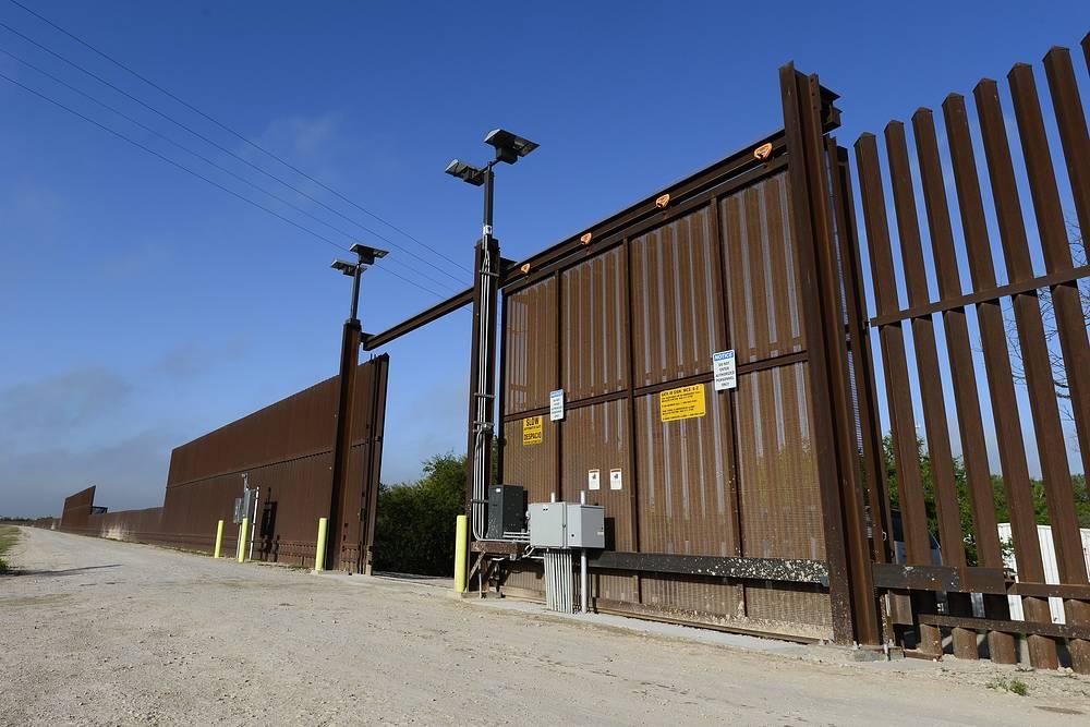 Стена на границе между США и Мексикой была возведена по инициативе Вашингтона, чтобы сдерживать поток нелегальных иммигрантов.  Высота сооружения составляет 4-5 м, протяженность - свыше 1 тыс. км.