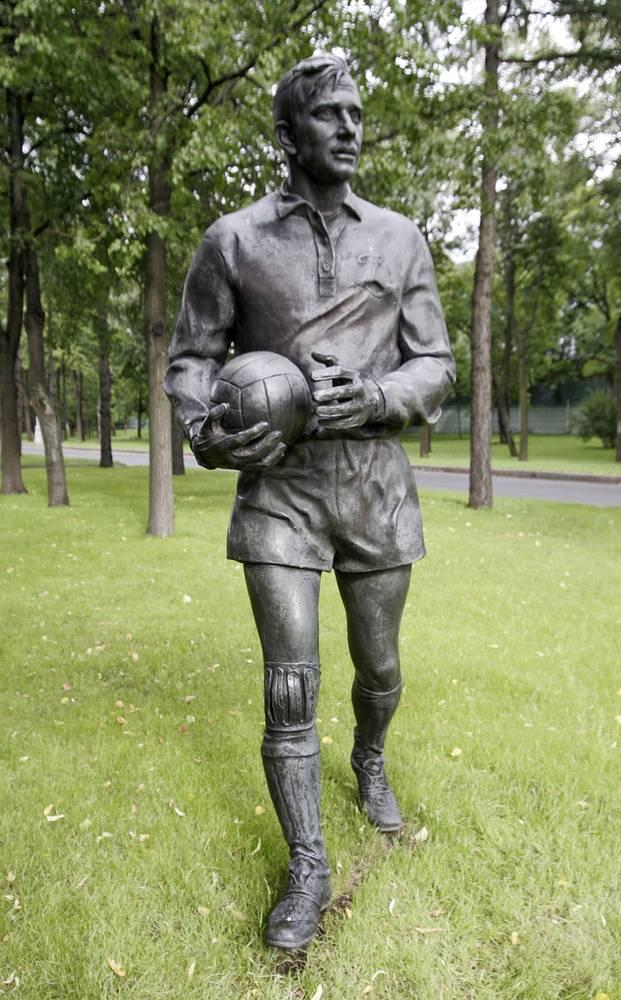 """В 1997 году на Аллее Дружбы в """"Лужниках"""" был поставлен первый памятник Льву Яшину - олимпийскому чемпиону 1956 года и чемпиону Европы 1960 года, лучшему вратарю XX века по версии ФИФА, первому и единственному голкиперу в истории, получившему """"Золотой мяч"""""""