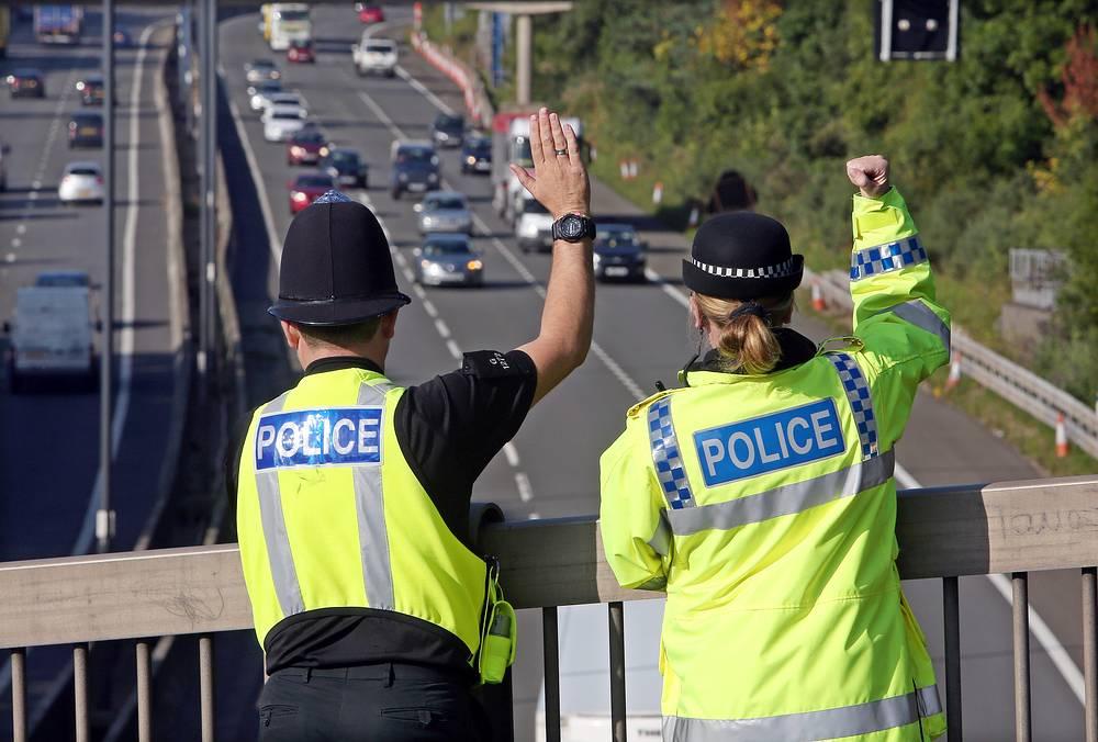 """По словам организаторов, саммит потребует """"одной из крупнейших операций в области обеспечения безопасности за всю историю британской полиции"""". На фото: полицейские следят за автомобильным движением недалеко от курорта Celtic Manor"""