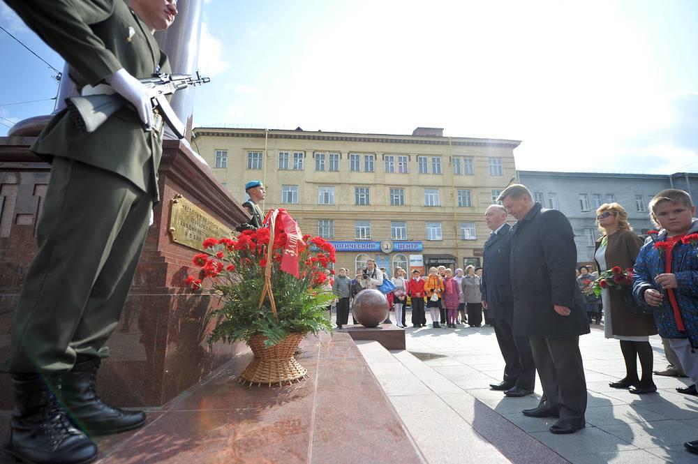 Мэр Новосибирска Анатолий Локоть (в центре на переднем плане) во время церемонии возложения цветов