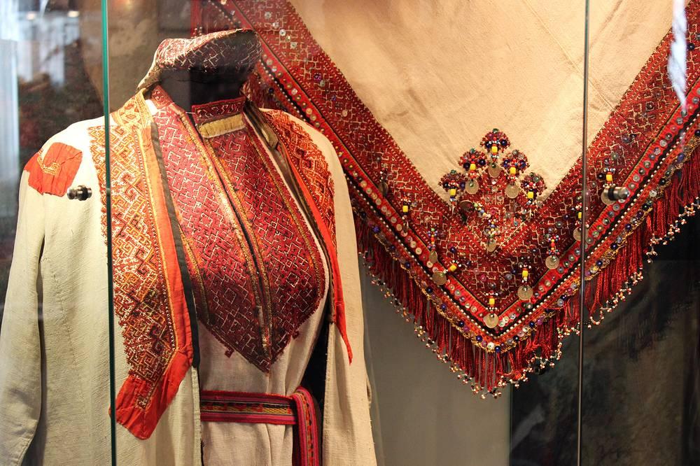 Халат. Текстиль, шерстяные нити; шитье, вышивка. Из частной коллекции. Село Малая Тавра Свердловской области