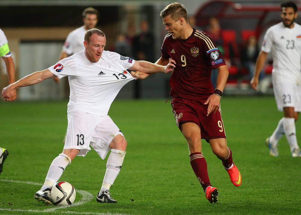 Игроки сборных Лихтенштейна Мартин Бюхель и России Александр Кокорин (слева направо)