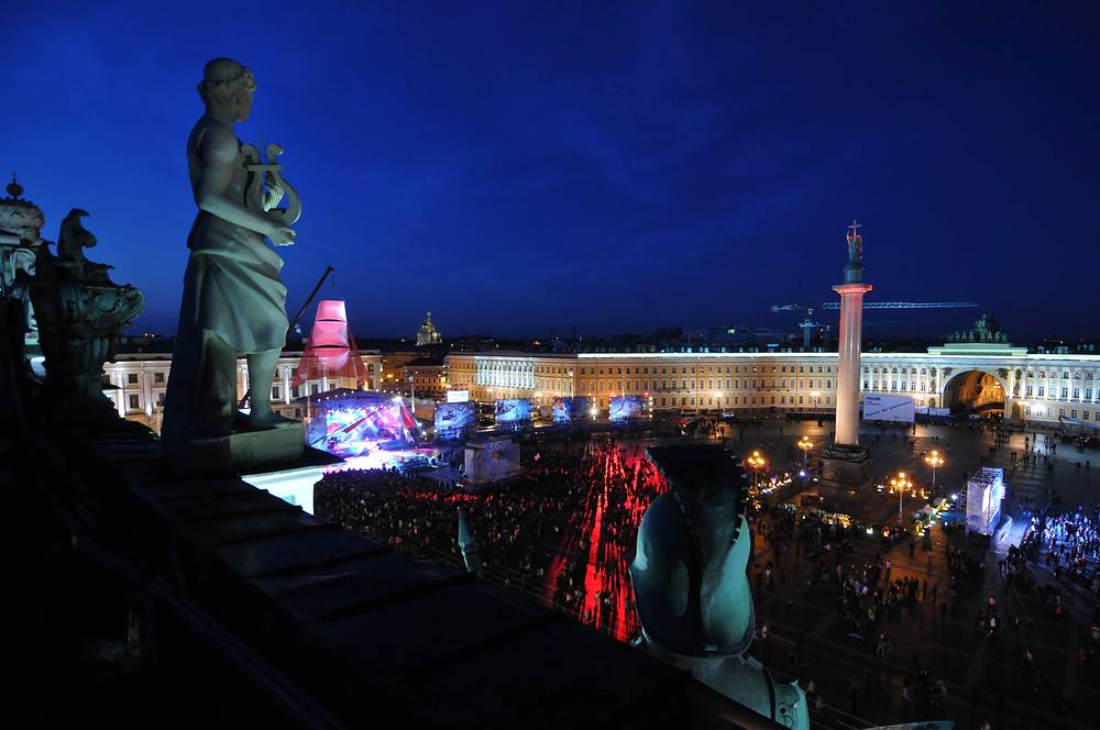 """На Дворцовой площади, рядом с Александрийским столбом ежегодно проходит праздник выпускников школ """"Алые паруса"""". На фото: концерт в честь выпускников в 2009 году."""