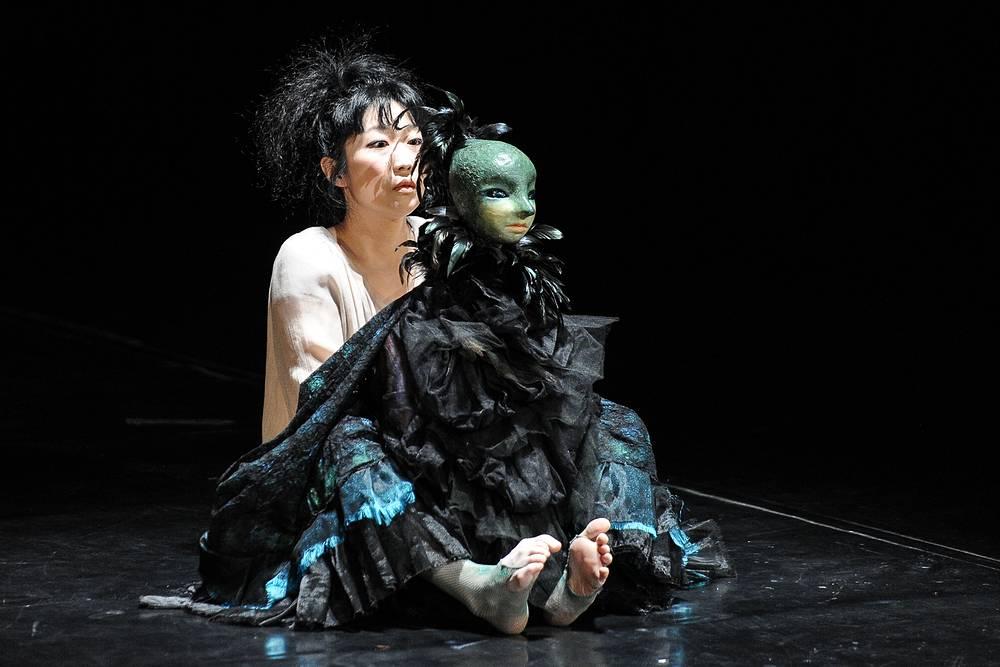 """Кукольный спектакль """"История некой птицы"""" японского театра """"genre: Gray"""""""