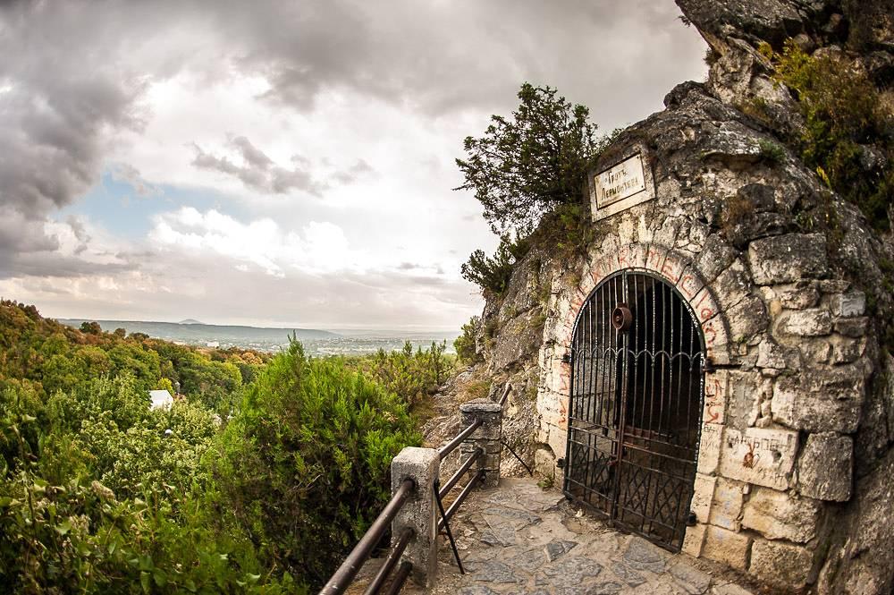 «Лермонтовским» этот грот — естественную пещеру на горе Машук — стали называть в 1860-х годах: считалось, что именно здесь писатель проводил время в наблюдениях за «водяным обществом».