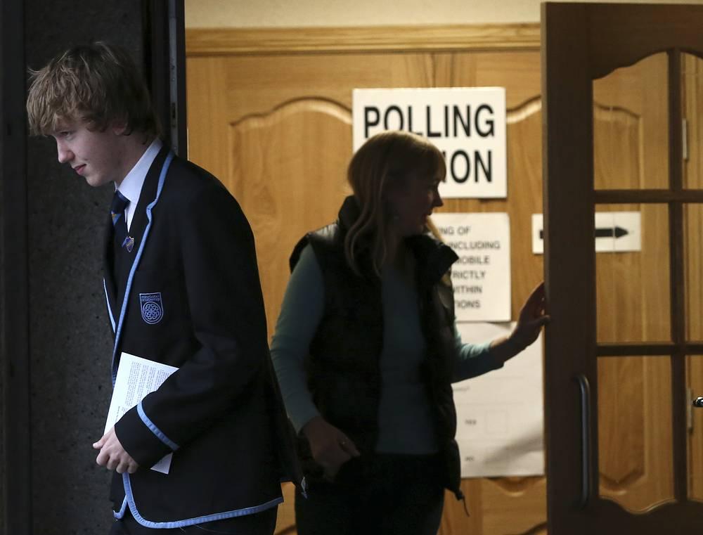 Ожидается, что до 22.00 по местному времени проголосуют почти 3,5 млн шотландцев. На фото: начало работы избирательных участков в Шотландии
