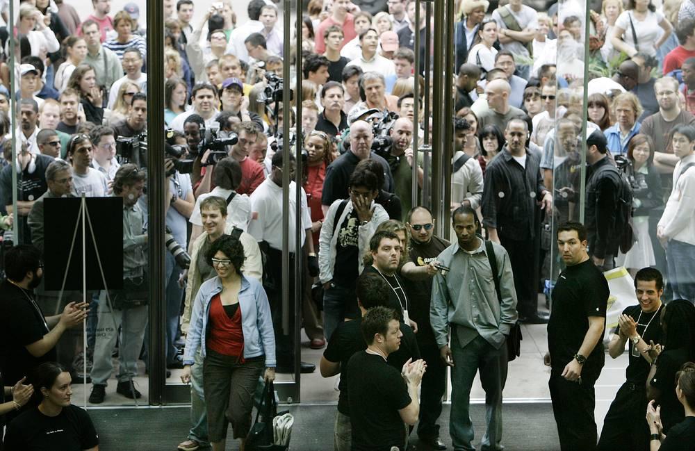 Выход каждой новинки Apple сопровождается повышенным вниманием со стороны поклонников, а очереди с палатками и спальными мешками уже стали традиционными перед каждым релизом. На фото: начало продаж первой модели iPhone, Чикаго, 29 июня 2007 года