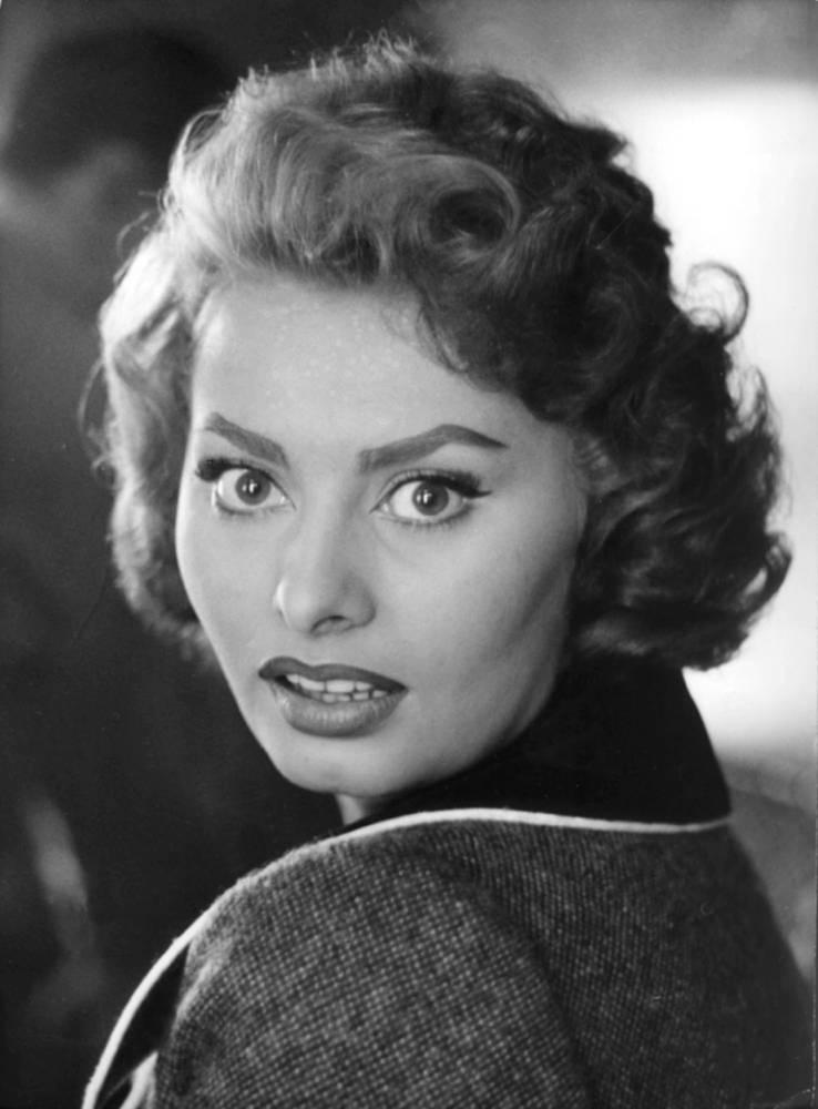 Софи Лорен родилась 20 сентября 1934 года в Риме, детство и юность актрисы прошли недалеко от Неаполя. Настоящее имя - София Виллани Шиколоне. В 1953 году сменила его на псевдоним Софи Лорен