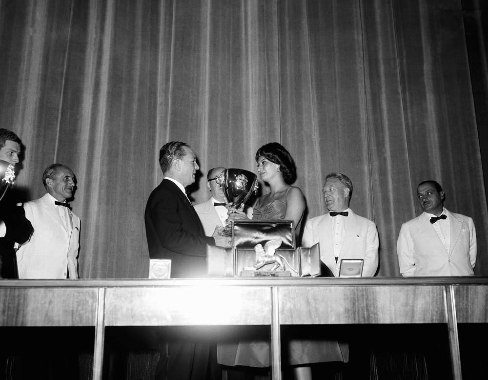 """В 1957-1958 годах она снималась в фильмах """"Гордость и страсть"""", """"Мальчик на дельфине"""", """"Любовь под вязами"""", """"Черная орхидея"""". За съемки в последнем получила в 1958 году награду Венецианского кинофестиваля за лучшую женскую роль (на фото)"""