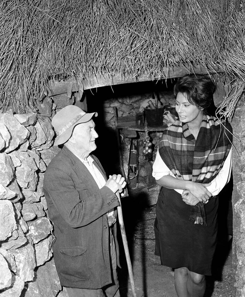 """После возвращения в Италию практически все наиболее значительные роли были сыграны ею в фильмах режиссера Витторио Де Сики. Роль Чезиры в фильме """"Чочара"""" (""""Две женщины"""", 1960) с Жан-Полем Бельмондо принесла ей мировую известность, а также приз Каннского фестиваля в 1961 году и премию """"Оскар"""" в 1962 году. На фото: кадр из фильма """"Чочара"""""""