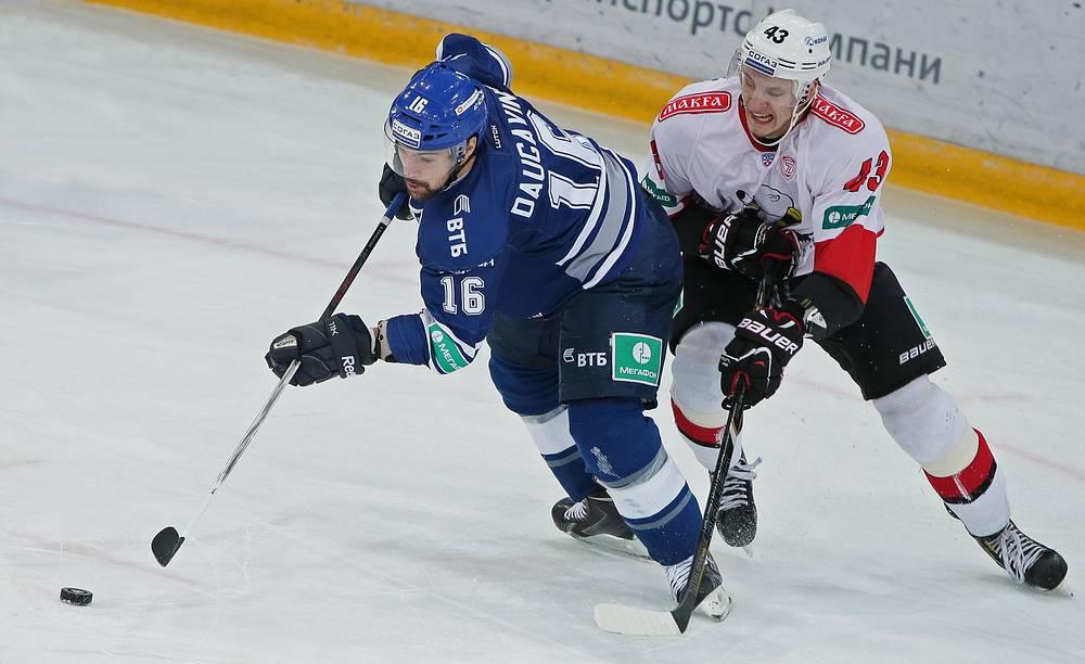 Каспарс Даугавиньш (слева) против Никиты Хлыстова