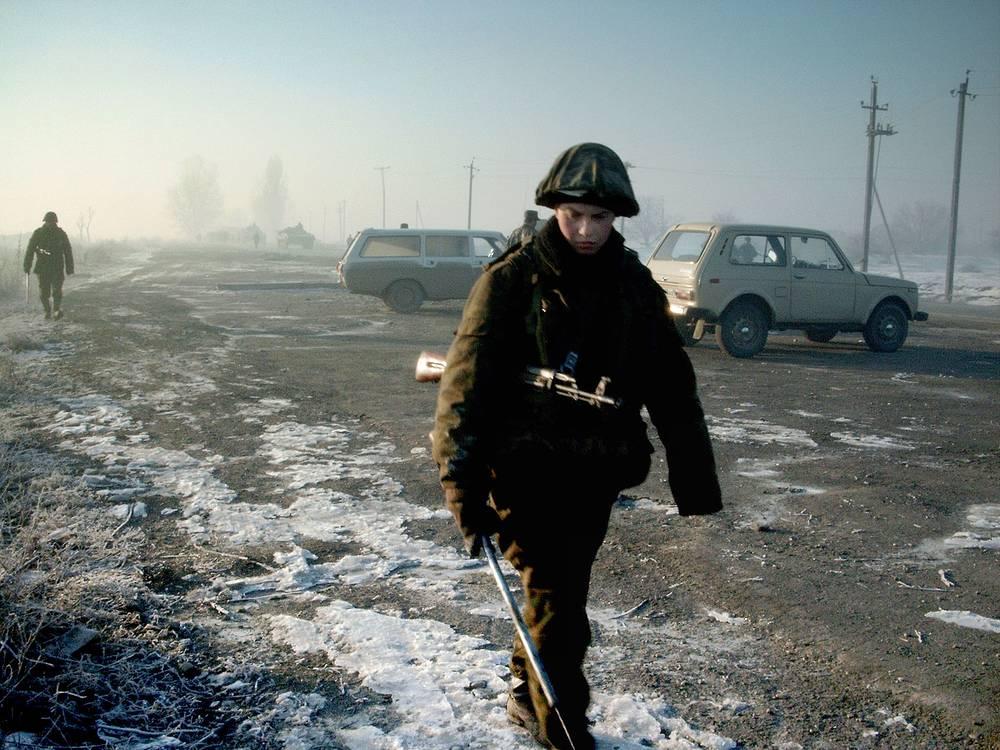 Сапер во время разведки участка автодороги Ханкала - Петропавловская в Чечне, 2003 год