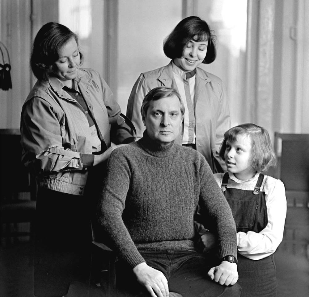 Актер Большого драматического театра, народный артист СССР Олег Басилашвили в кругу семьи - с женой Галиной Мшанской и дочерьми Ольгой и Ксенией, 1987 год