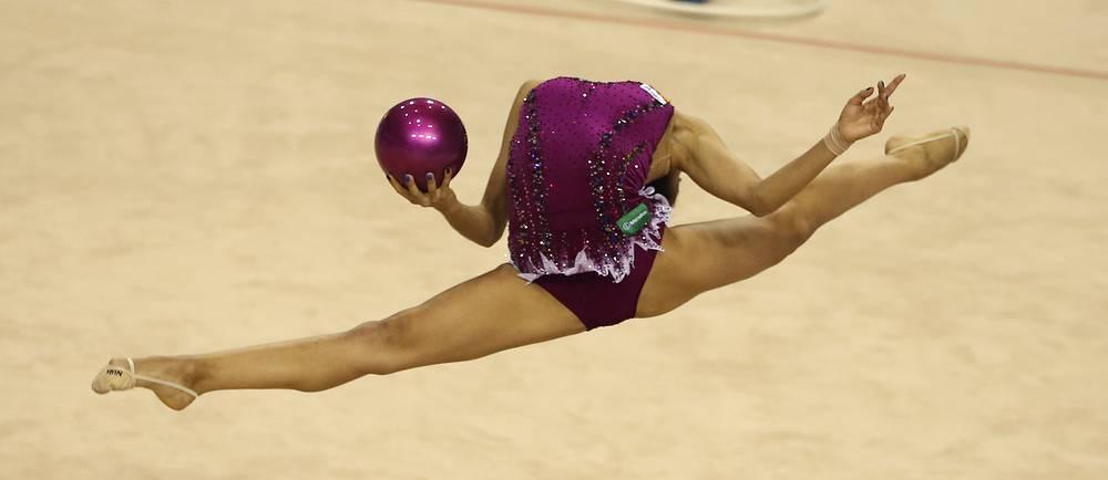 Российская гимнастка Маргарита Мамун во время индивидуальных выступлений с мячом