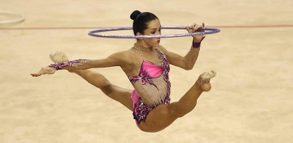 Россиянка Маргарита Мамун исполняет упражнение с обручем