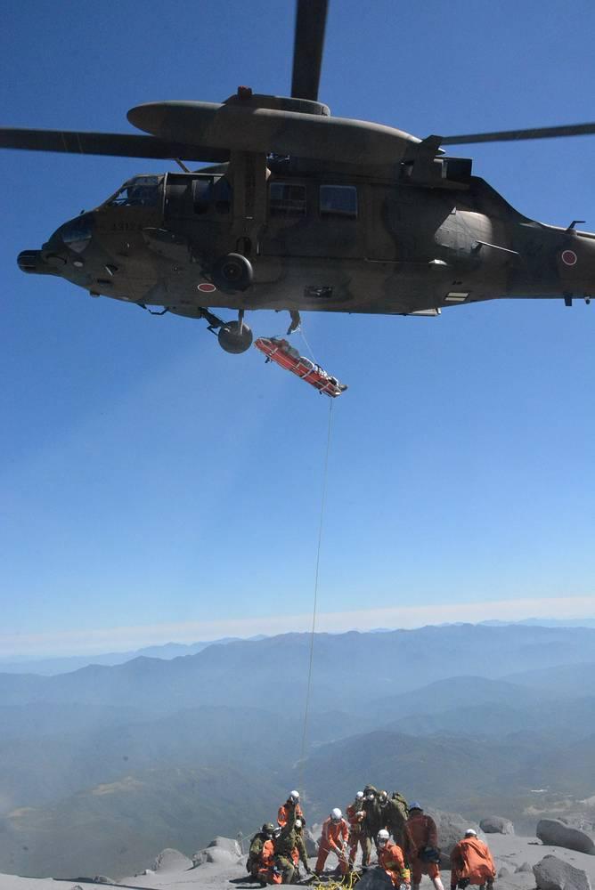 Армейские вертолеты доставили к подножию вулкана тела пятерых мужчин и трех женщин