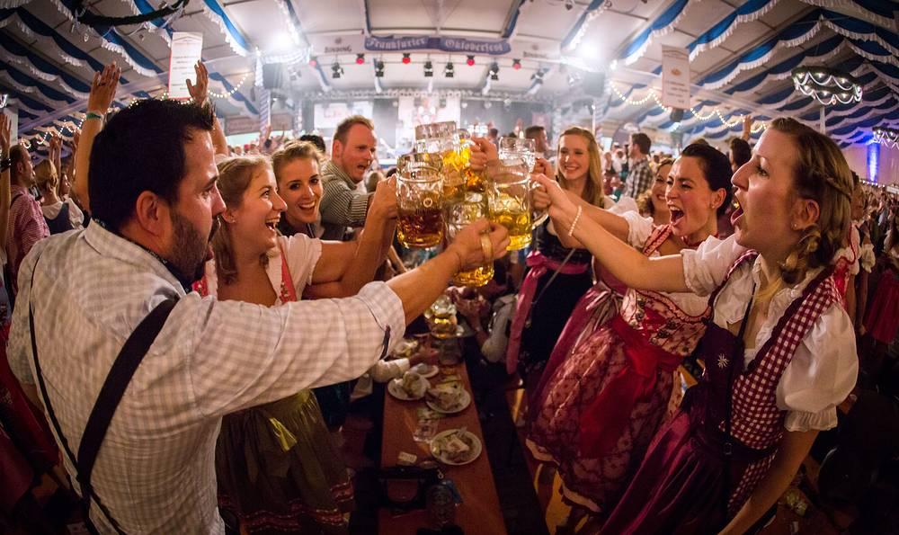 Посетители за две недели съедают в среднем 480 тыс. порций приготовленной на гриле курицы, более 200 тыс. баварских сосисок и 78 тыс. свиных рулек