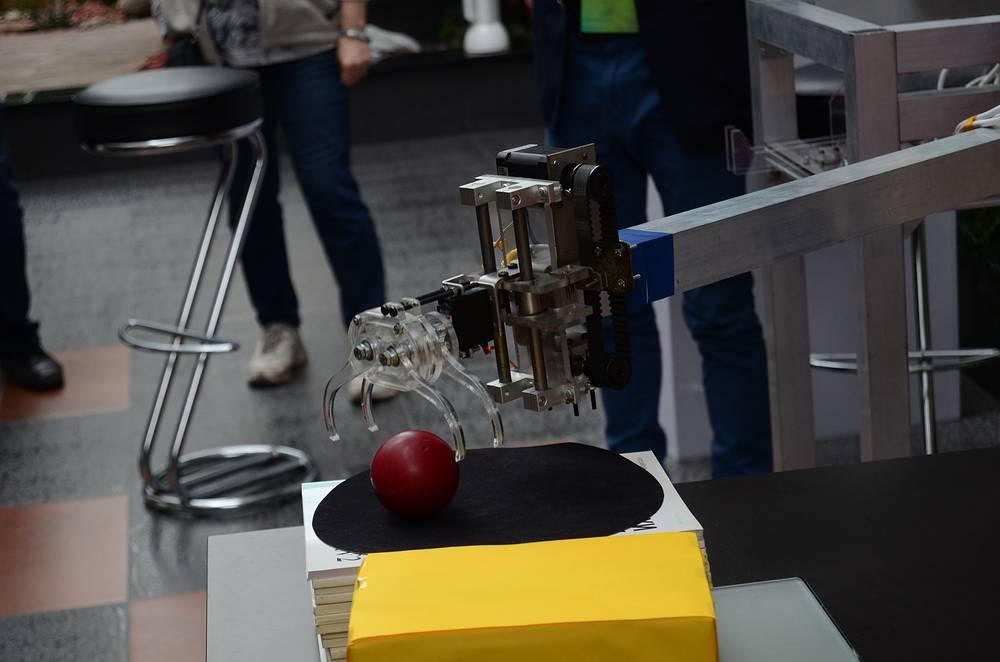 Выставка разработок резидентов новосибирского Технопарка. На фото - робот, устанавливающий бильярдные шары в необходимом для игры положении
