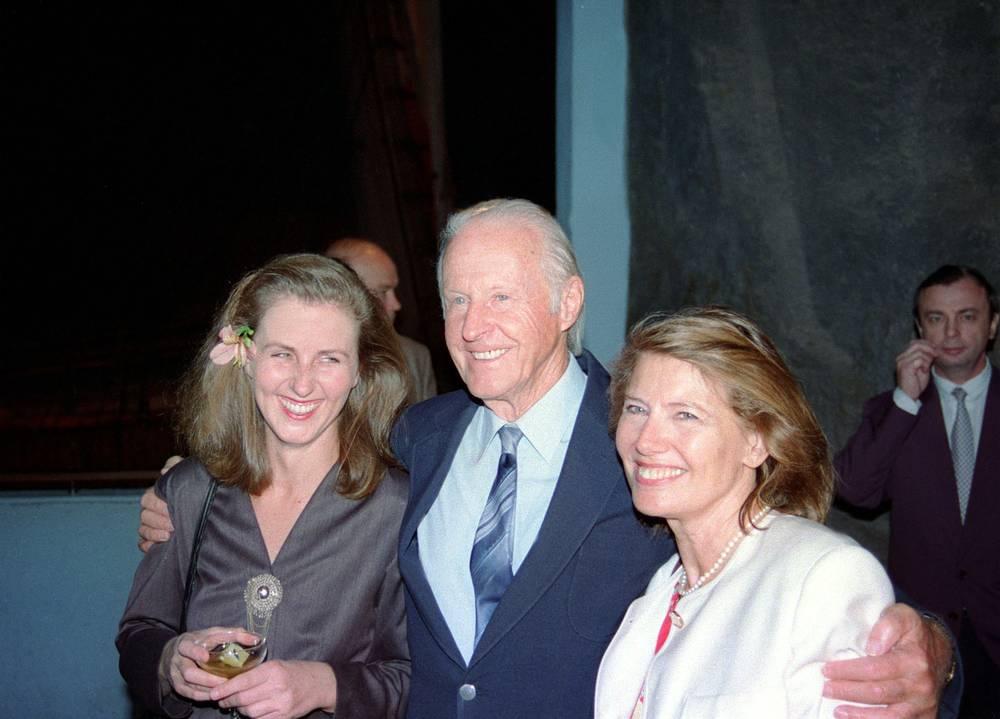 """Хейердал был удостоен множества государственных наград, имел почетные докторские степени в нескольких университетах и членство в ряде академий. На фото: Тур Хейердал с дочерью (слева) и супругой в музее """"Кон-Тики"""" в Норвегии, 1994 год"""