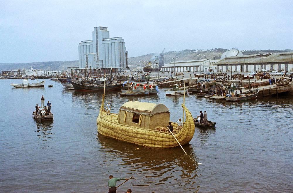 """Папирусная лодка """"Ра"""" была спроектирована по рисункам и макетам лодок древних египтян. В экспедиции приняли участие шесть человек, среди которых был советский врач Юрий Сенкевич"""