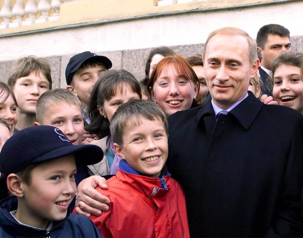 Школьники Санкт-Петербурга поздравляют Владимира Путина с днем рождения 7 октября 2000 года