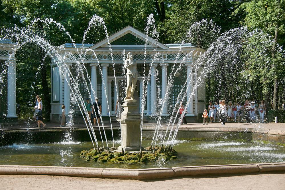 """Фонтан """"Адам"""" - один из  двух  фонтанов (второй фонтан - """"Ева"""") сохранивший свое изначальное скульптурное убранство. Оно не менялось на протяжении почти трех веков"""