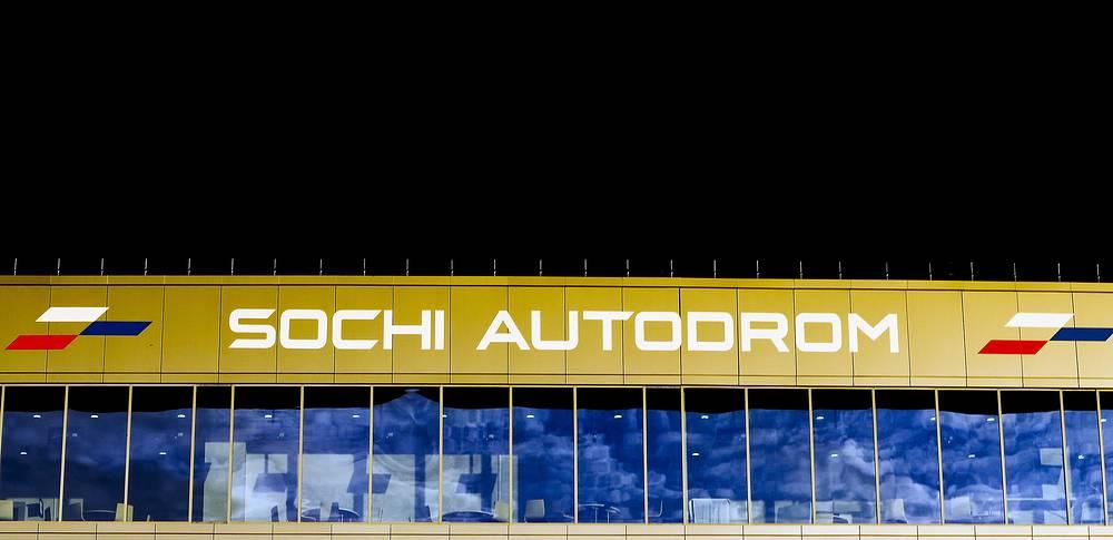 """Руководитель """"Формулы-1"""" Берни Экклстоун, заявил, что в будущем Гран-при России может пройти в темное время суток при искусственном освещении"""