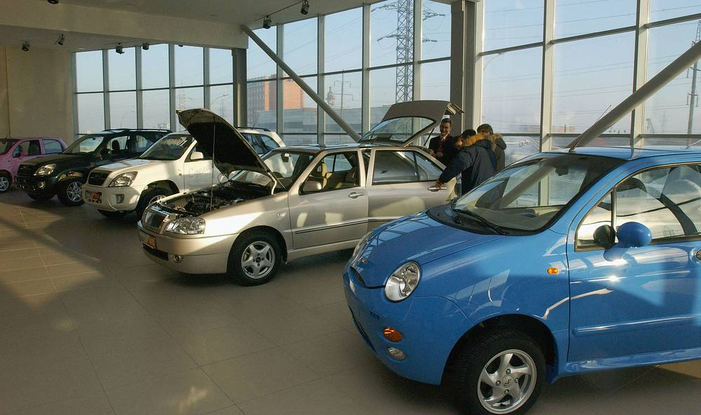 В структуре китайского экспорта в Россию преобладает готовая продукция. Главными статьями импорта России из Китая являются машины и оборудование: объем поставок за январь - ноябрь 2013 года составил 38,42%. На фото: автосалон по продаже и сервисному обслуживанию китайских автомобилей в Новосибирске