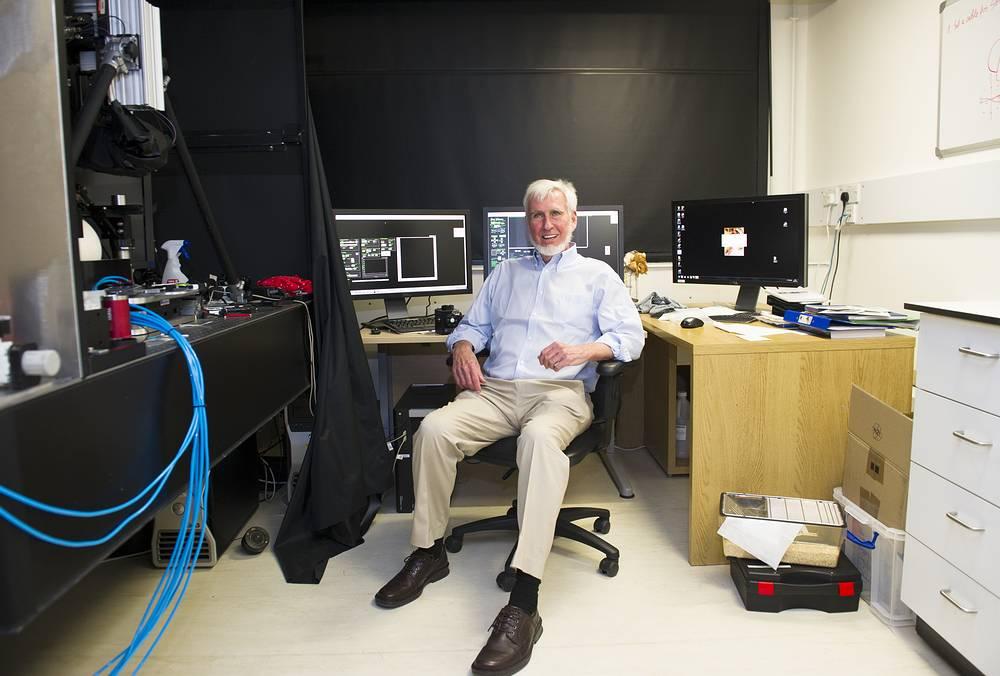 """Ученые удостоены Нобелевской премии за """"открытие клеток, отвечающих за систему позиционирования в мозге"""". На фото: Джон О`Киф в своей лаборатории в университетском колледже Лондона после получения известия о присужденной премии"""
