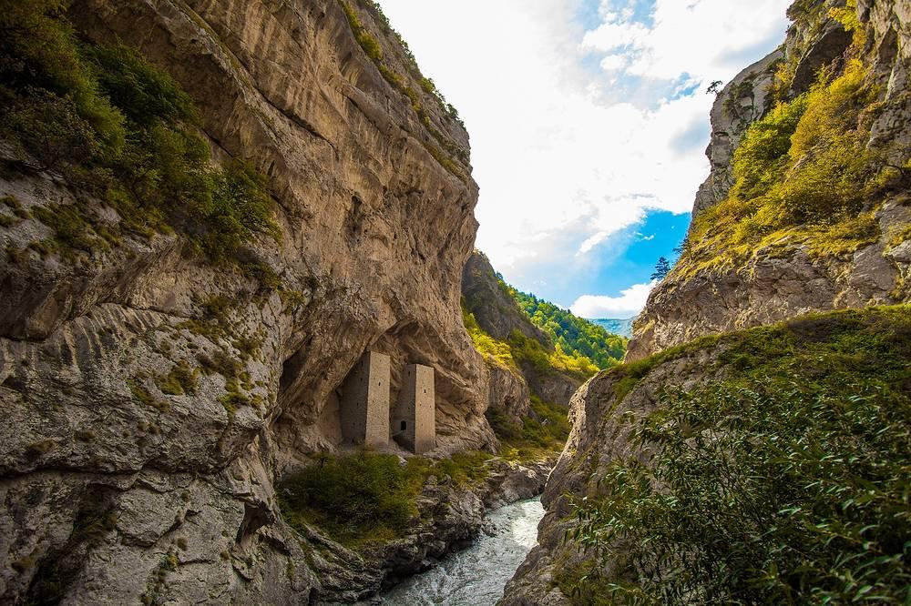 Башни, встроенные в скальные ниши, типологически относятся к древнейшему виду построек. В горной Чечне подобные постройки располагались в скальных массивах, на крутых каменистых берегах рек, иногда на очень большой высоте.