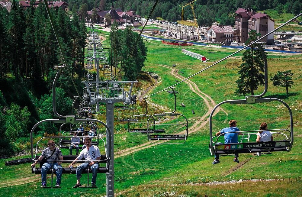 Кресельная канатная дорога доставляла гостей курорта с нижней площадки курорта «Архыз» к лагерю на высоте 1750 метров над уровнем моря.