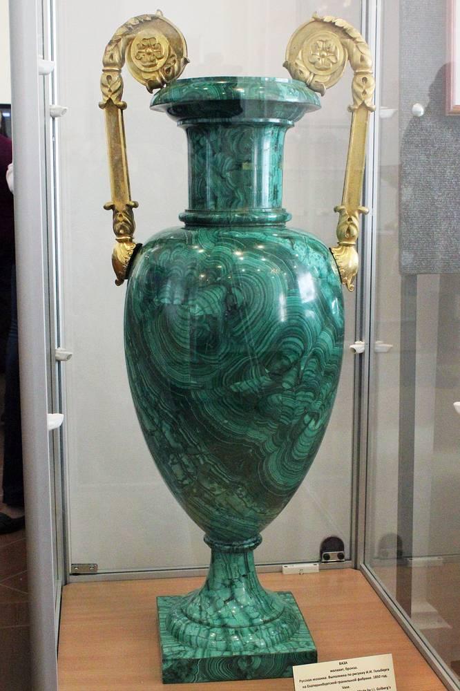 Мозаичная ваза. Малахит, чугун, бронза.Выполнена по рисунку И.И. Гольберга на Екатеринбургской гранильной фабрике. 1850 год