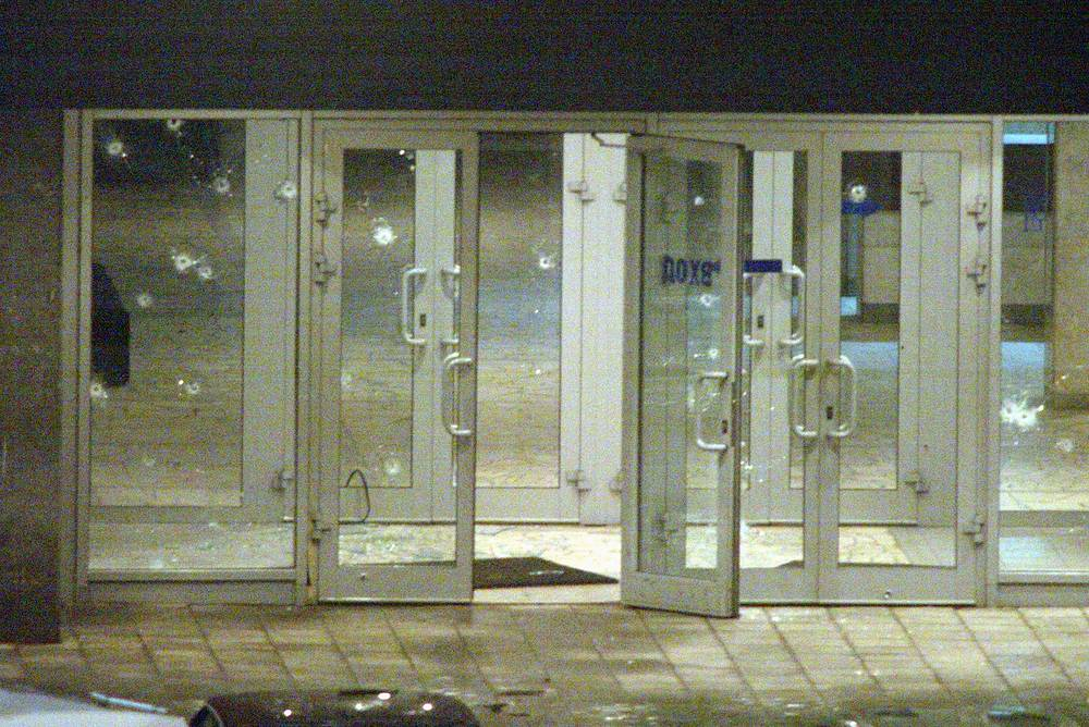 Помещение зала, в котором находились заложники, было заминировано, среди террористов находились женщины-смертницы. На фото: изрешеченный пулями террористов центральный вход в театральный центр