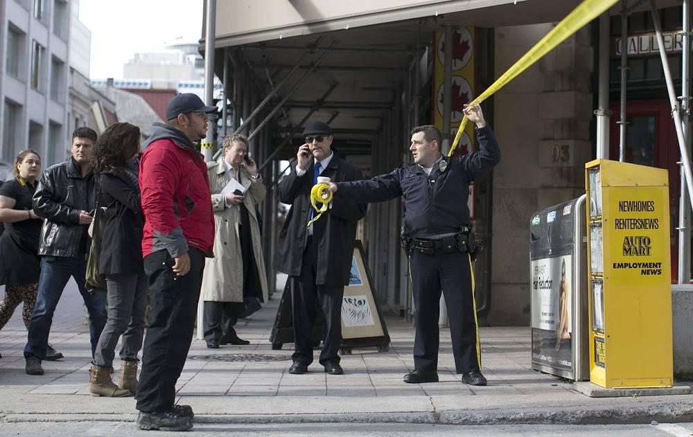 Очевидцы рассказали, что в общей сложности они слышали от 25 до 50 выстрелов, которые раздавались со стороны парламента. На фото: спецоперация возле здания парламента