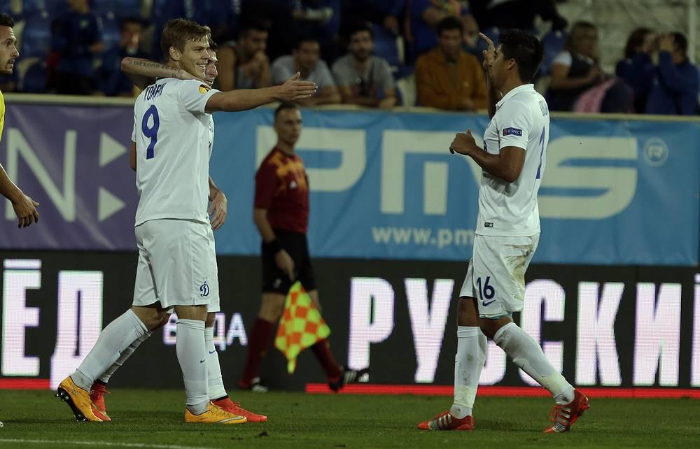Автор первого мяча динамовцев в матче Александр Кокорин (слева)