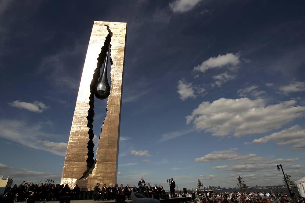 """Монумент """"Слеза скорби"""", посвященный трагедии 11 сентября 2001 года в Нью-Йорке. Высота - 30 м. Байон, штат Нью-Джерси, США, 2006 год"""
