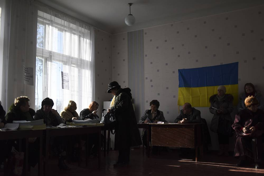 На Донецкой и Луганской областях явка на выборах стала самой низкой по стране и, по данным на 17:00 мск составила 33,2%. На фото: голосование на досрочных выборах в Константиновке Донецкой области