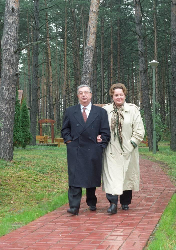Евгений Примаков с женой Ириной во время прогулки на подмосковной даче, 1998 год