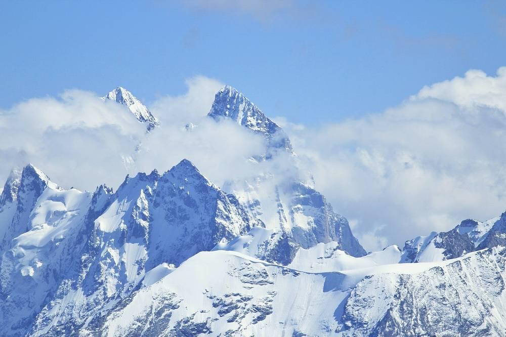 В Приэльбрусье. Именно здесь расположена высочайшая гора Европы – Эльбрус.  Западная вершина Эльбруса имеет высоту 5642 м, восточная – 5621 м