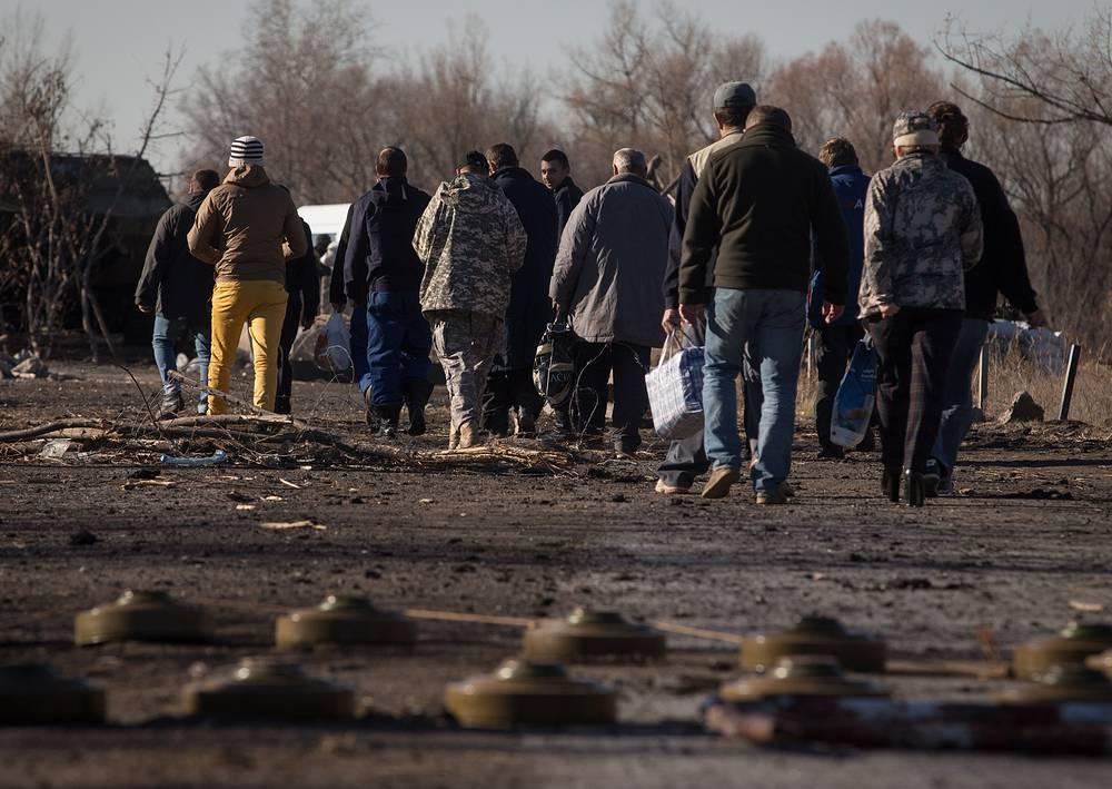 Военнослужащие украинской армии во время обмена пленными