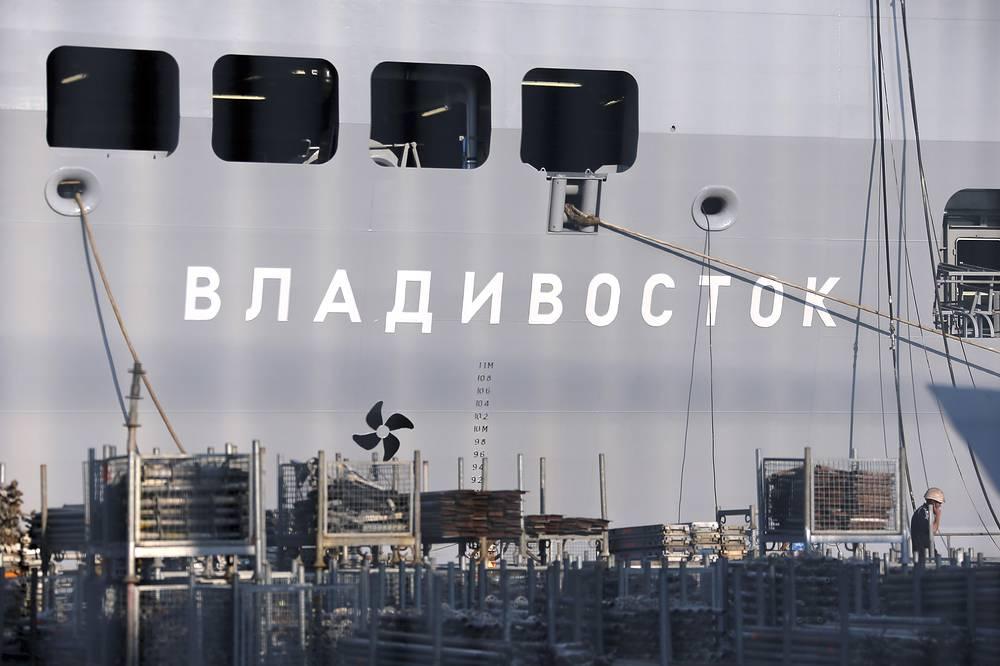 """Судостроители подчеркнули, что новые российские десантные корабли находятся на стадии """"концепт-проекта"""", однако спроектировать и построить такой корабль можно менее чем за пять лет.  На фото: корабль-вертолетоносец """"Владивосток"""" в порту Сен-Назер, Франция, 2014 год"""