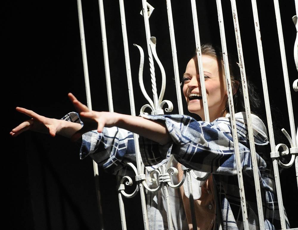 """Актриса Василина Маковцева (Стелла) в сцене из спектакля """"Трамвай """"Желание"""""""