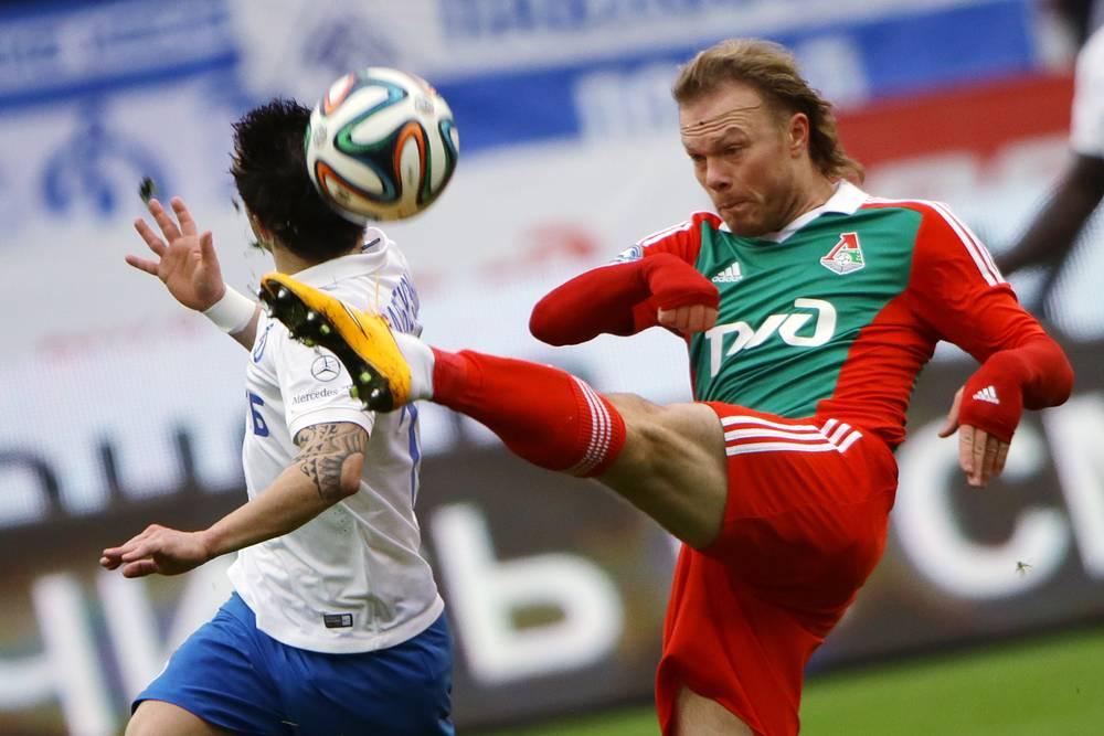 Защитник железнодорожников Виталий Денисов (справа) против игрока бело-голубых Матье Вальбуэна