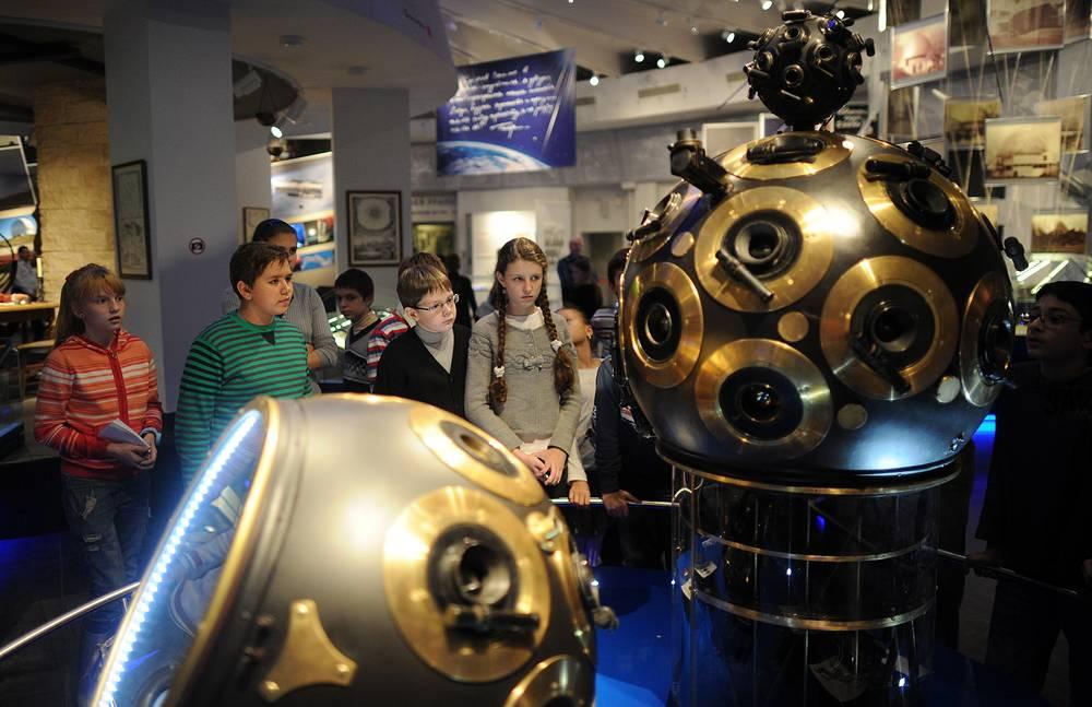 Ежегодно Московский планетарий посещают около 1,5 млн человек. На фото: занятие астрономического кружка в одном из залов