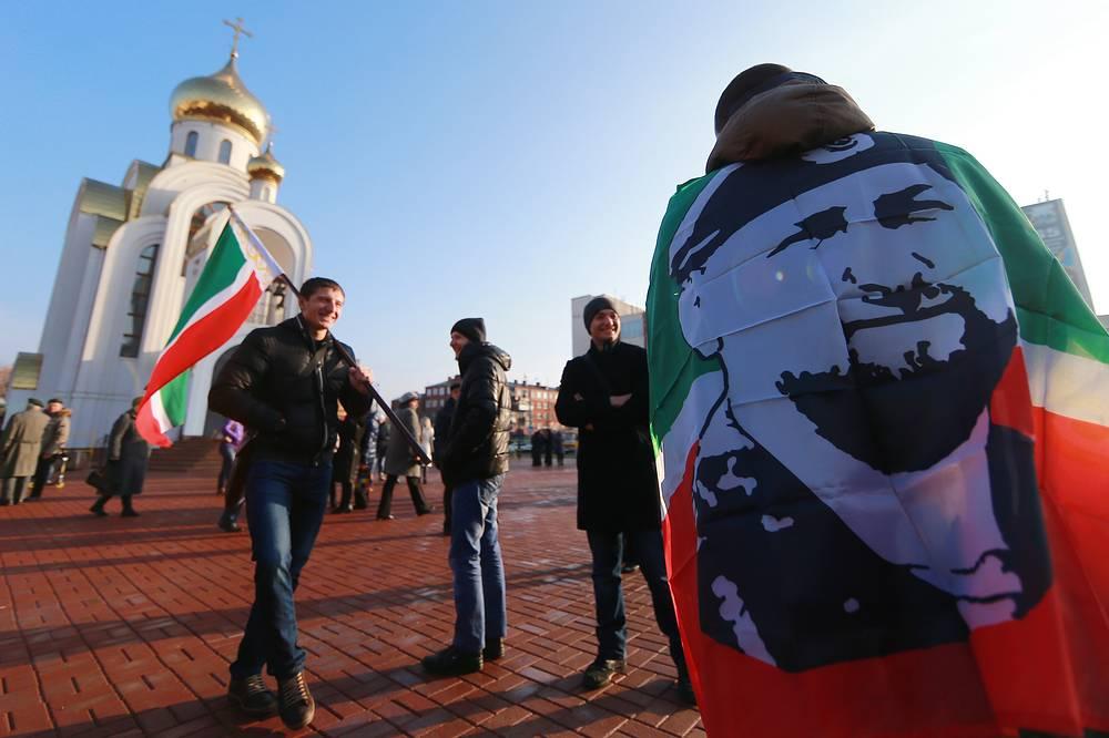 Участники митинга, посвященного Дню народного единства, на площади Победы в Иванове