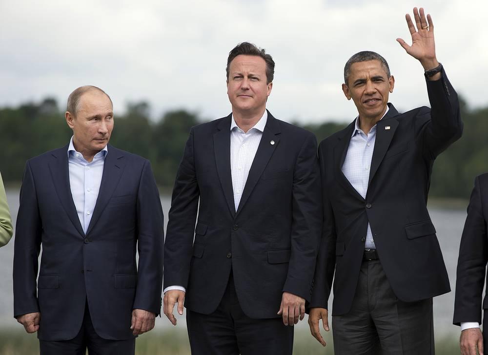 """В 2013 году одной из самых острых международных проблем стало урегулирование конфликта в Сирии. Эта тема стала основной и в ходе переговоров лидеров России и США """"на полях"""" саммита G8 в Северной Ирландии. Они длились 1 час 45 минут. После этой встречи американский лидер должен был совершить визит в Москву, но отменил его в связи с получением Эдвардом Сноуденом временного убежища в России. На фото: президенты РФ, США и премьер-министр Великобритании Дэвид Кэмерон на саммите G8 в Эннискиллене, Северная Ирландия, 2013 год"""