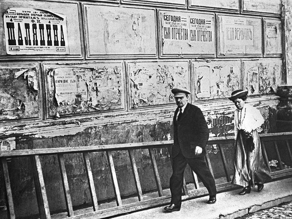 Владимир Ленин и Мария Ульянова у Большого театра, где проходит V Всероссийский съезд Советов. 1918 год