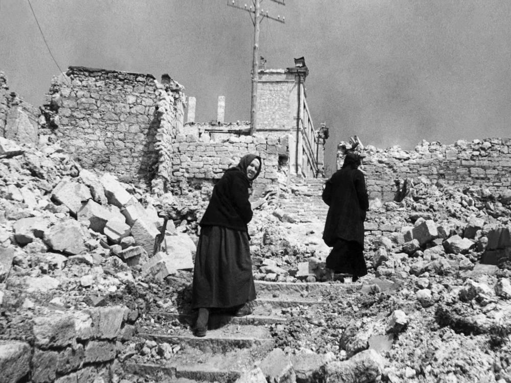 Жители Севастополя на улицах разрушенного немцами города. 1944 год